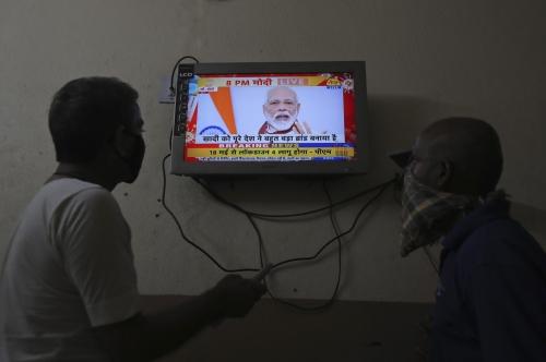 ▲인도 하이데라바드에서 12일(현지시간) 사람들이 TV로 나렌드라 모디 총리의 코로나19 대응 경기부양책 발표를 지켜보고 있다. 하이데라바드/AP뉴시스