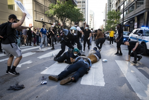 ▲미국 시카고에서 30일(현지시간) 시위대와 경찰이 충돌했다. 경찰 진압 과정에서 흑인 남성이 사망한 사건에 항의하는 시위가 미국 전역에서 벌어지고 있다.  (AP/연합뉴스)