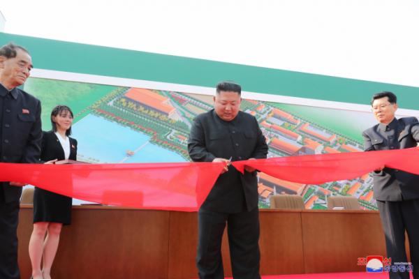 ▲사망설에 휩싸였던 북한 김정은 국무위원장이 20일 만에 공개활동을 재개하며 건재함을 과시했다. 김 위원장이 노동절(5·1절)이었던 지난 1일 순천인비료공장 준공식에 참석했다고 조선중앙통신이 2일 보도했다. 연합뉴스