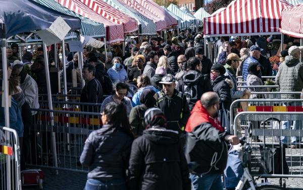 ▲코로나19 확산 와중에 4월 25일 스웨덴 남부 말뫼의 시장이 사람들로 북새통이다. 스웨덴은 '집단면역 실험'을 이유로 다른 나라처럼 봉쇄조치를 하지 않았다. (EPA연합뉴스)