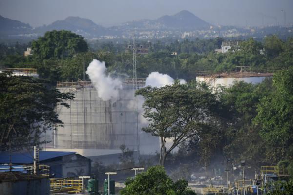 ▲가스 누출 사고가 발생한 인도 남부 안드라프라데시 주 비사카파트남의 LG폴리머스인디아 공장에서 연기가 솟아오르고 있다. (연합뉴스)