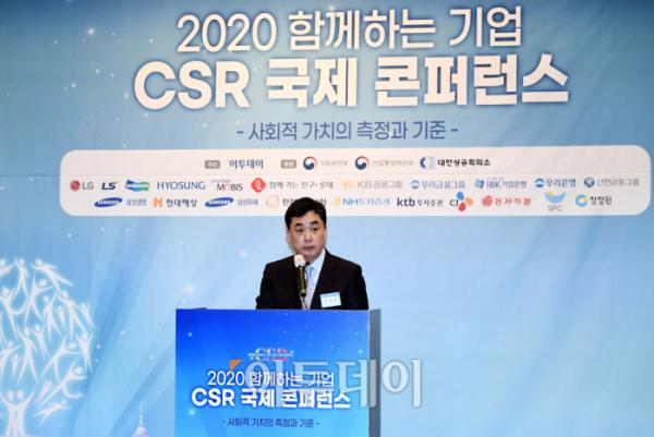 ▲김상철 이투데이미디어 대표이사가 20일 서울 여의도 전경련회관에서 열린 '2020 함께하는 기업 CSR 국제 콘퍼런스'에서 인사말을 하고 있다. 이투데이가 기업의 사회적 책임(CSR)의 사회적 가치 측정방법과 기준 등을 주제로 개최한 이번 국제 콘퍼런스는 신종 코로나바이러스 감염증(코로나19) 영향으로 유튜브·페이스북 등을 통해 녹화 중계됐다. 신태현 기자 holjjak@