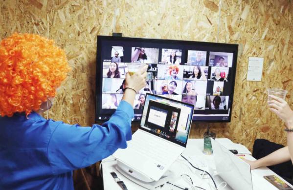 ▲아이돌봄 서비스 째깍악어 직원들이 스승의 날을 맞아 온라인 치맥을 곁들인 '악어데이 이벤트'를 열고 있다. (째깍악어 제공)