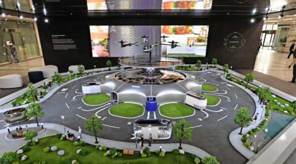 ▲현대차 양재동 사옥 1층에 설치된 '스마트 모빌리티 솔루션' UAM, PBV, Hub의 축소 모형물.  (사진제공=현대차)