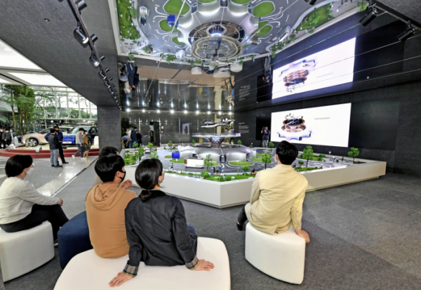 ▲현대차 임직원들이 본사 1층 로비에 설치된 역동적 미래도시 구현을 위한 '스마트 모빌리티 솔루션' UAM, PBV, Hub의 축소 모형물을 관람하고 있다.  (사진제공=현대차)
