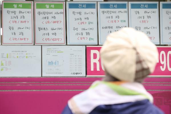 ▲한 시민이 서울 용산구 이촌동 일대 부동산업소에 붙은 아파트매매 가격표를 보고 있다.  (연합뉴스)