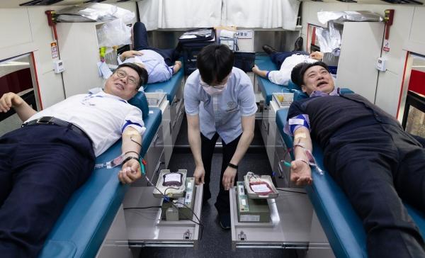 ▲올해 2월 서울 여의도 한국투자증권 본사에서 열린 긴급 헌혈 릴레이 행사에서 정일문(왼쪽) 한국투자증권 사장과 박종배 노조위원장이 헌혈을 하고 있다.