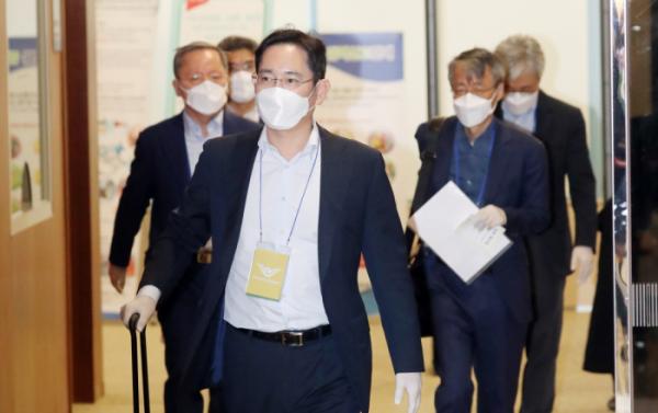 ▲이재용 삼성전자 부회장이 중국 출장을 마치고 19일 오후 김포공항을 통해 귀국하고 있다.  (연합뉴스)