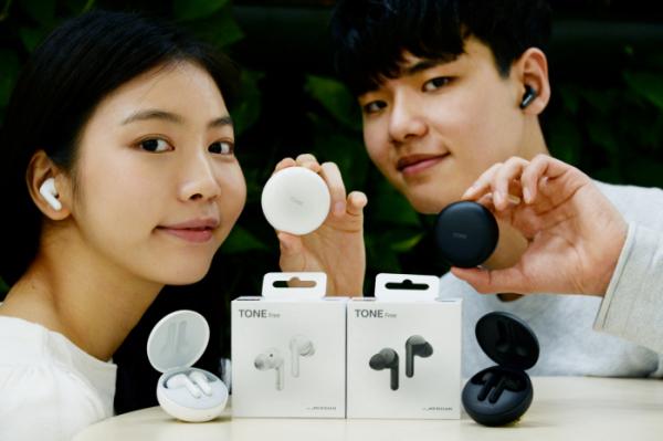 ▲LG전자가 프리미엄 무선 이어폰 '톤 프리' 신제품 출시에 앞서 고객 체험단을 모집한다. 모델들이 '톤 프리' 신제품(모델명 HBS-TFN6)을 소개하고 있다. (사진제공=LG전자)