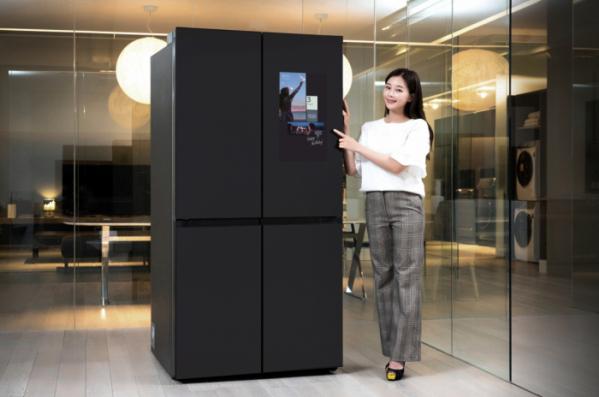 ▲삼성전자 모델이 수원 삼성전자 디지털시티 프리미엄하우스에서  패밀리허브가 적용된 비스포크 냉장고 신제품을 소개하고 있다. (사진제공=삼성전자)