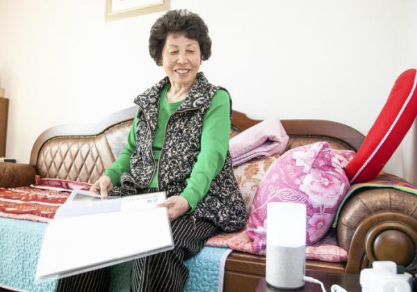 ▲성동구 70대 한 사용자가 SK텔레콤의 '인공지능 돌봄'을 이용하고 있는 모습. (SK텔레콤 제공)