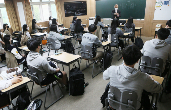▲고3 등교가 시작된 20일 인천시 부평구 인천외국어고등학교에서 고3 학생들이 수업을 듣고 있다. (연합뉴스)