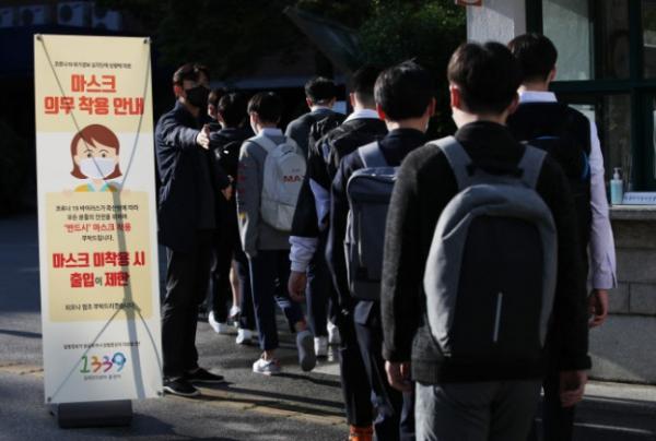 ▲21일 오전 서울 용산동 용산고등학교에서 고3 학생들이 2020년 전국연합학력평가를 치르기 위해 등교하고 있다.  (연합뉴스)