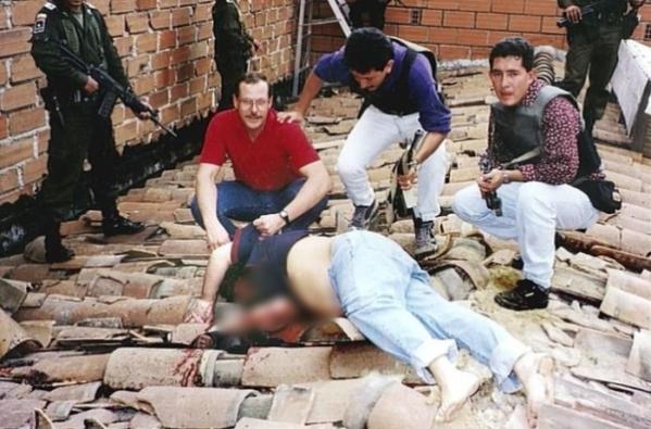 ▲파블로 에스코바르가 지붕에서 총을 맞고 죽었다. '마약왕'의 마지막이다. (출처=넷플릭스 캡처)