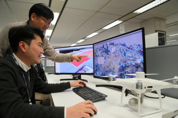 ▲대림산업 직원이 드론으로 촬영하여 3D로 변환한 영상 데이터를 통해 현장 측량 자료를 확인하고 있다. (사진제공=대림산업)