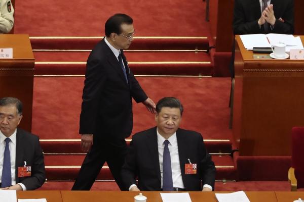 ▲22일 중국 베이징 인민대회당에서 열린 전국인민대표대회 개막식에서 리커창 총리가 시진핑 중국 국가주석 뒤를 지나가고 있다. 베이징/EPA연합뉴스