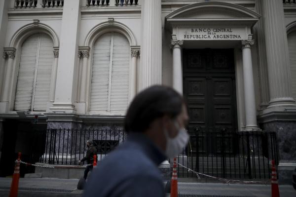 ▲부에노스아이레스에 있는 아르헨티나 중앙은행 청사가 21일(현지시간) 코로나19 억제를 위한 이동 제한 조치로 굳게 문이 닫혀져 있다. 부에노스아이레스/AP뉴시스