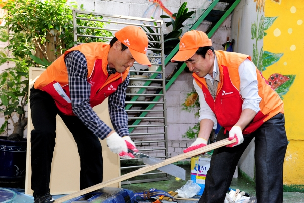 ▲SK건설 봉사단원이 소외 계층 주거 환경 개선을 위한 봉사활동을 하고 있다.(사진 제공=SK건설)