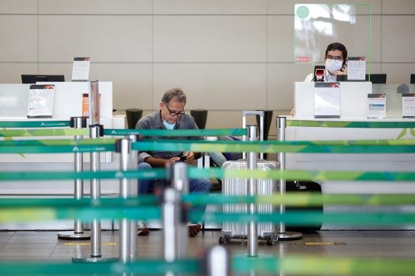 ▲브라질 수도 브라질리아의 국제공항에서 24일(현지시간) 한 여행객이 앉아 있다. 브라질리아/로이터연합뉴스