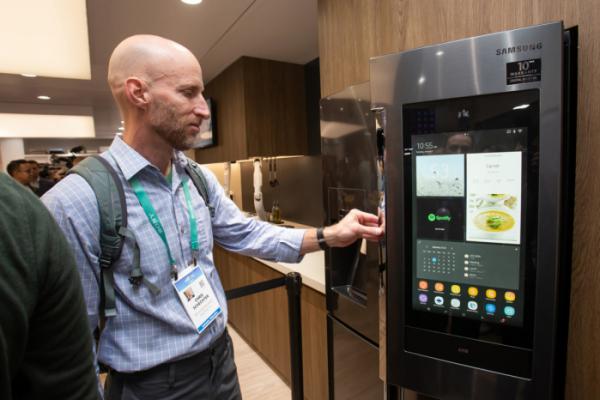 ▲미국 라스베이거스에서 열린 세계 최대 전자 전시회 CES 2020 삼성전자 전시관에서 관람객들이 '패밀리허브' 를 체험하고 있다. (사진제공=삼성전자)