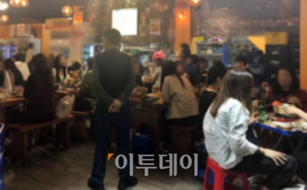▲23일 서울 중구 을지로3가에 많은 사람이 모여 술을 마시고 있다. 생활 속 거리두기 지침이 제대로 이행되지 않았다 (홍인석 기자 mystic@)