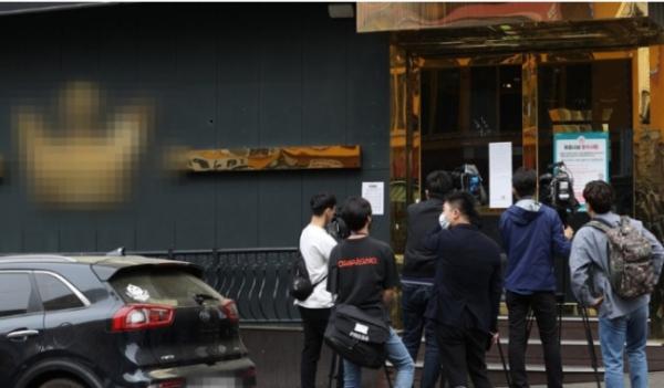 ▲신종코로나 바이러스 감염증(코로나19) 확진자가 다녀간 서울 이태원의 한 클럽 앞에서 기자들이 취재를 하고 있다.  (연합뉴스)
