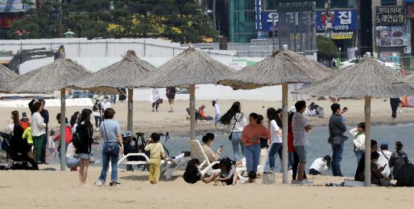 ▲부산 광안리 해수욕장에 이른 더위를 피해 사람들이 몰려 있다. (연합뉴스)
