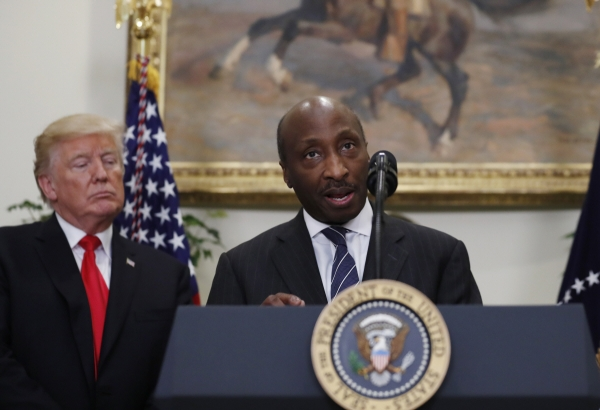 ▲켄 프레이저 머크 최고경영자(CEO)가 2017년 7월 20일(현지시간) 백악관에서 연설하는 가운데 도널드 트럼프(왼쪽) 미국 대통령이 이를 경청하고 있다. 워싱턴D.C./AP뉴시스
