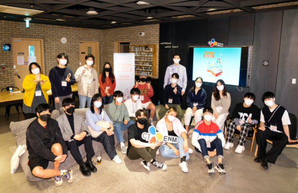 ▲오펜 뮤직 2기 작곡가들이 뮤지스땅스에서 개최된오리엔테이션 종료 후 새로운 각오를 다지고 있다. (CJ ENM 제공)