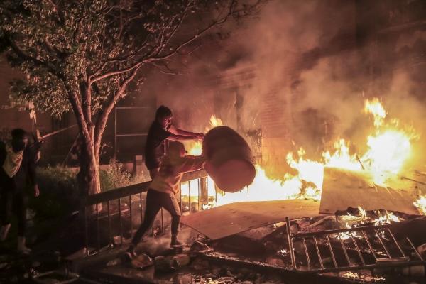 ▲미국 미네소타주 미니애폴리스에서 한 백인 경찰이 비무장 흑인남성 조지 플로이드를 강압적으로 체포하려다 사망시킨 사건에 분노해 일어난 시위가 폭동으로 바뀌었다. 미니애폴리스 경찰 제3지구대를 시위대가 불 태우고 있다. EPA연합뉴스