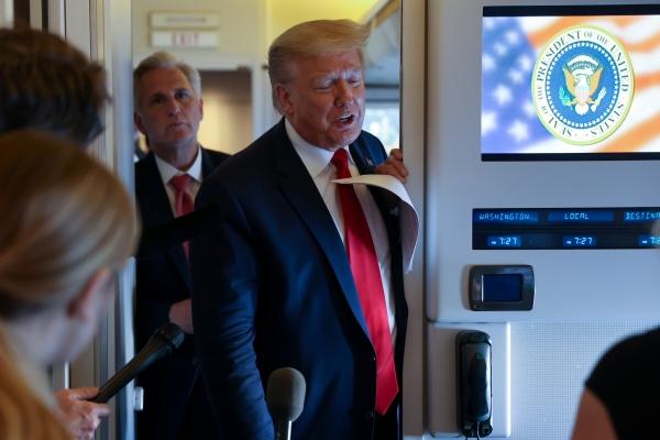 ▲도널드 트럼프(가운데) 미국 대통령이 30일(현지시간) 대통령 전용기인 에어포스원에서 기자회견을 하고 있다. 로이터연합뉴스