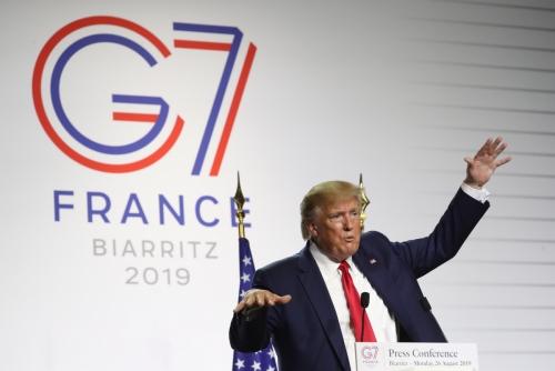 ▲도널드 트럼프 미국 대통령이 지난해 8월26일(현지시간) 프랑스 비아리츠에서 주요 7개국(G7) 정상회담 후 에마뉘엘 마크롱 프랑스 대통령과의 폐막 공동기자회견을 마치고 질문을 받고 있다. 비아리츠/AP뉴시스
