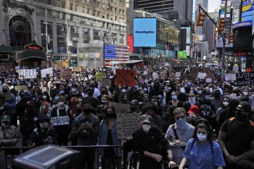 ▲인종차별에 항의하는 시위대가 1일(현지시간) 미국 뉴욕 타임스스퀘어 앞에 모여 있다. 뉴욕/AP연합뉴스