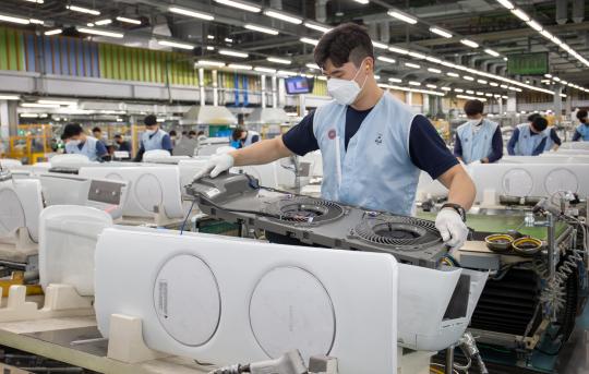 ▲광주광역시 광산구 하남산단 6번로에 위치한 삼성전자 광주사업장에서 직원들이 '무풍에어컨'을 생산하고 있다.  (사진제공=삼성전자)