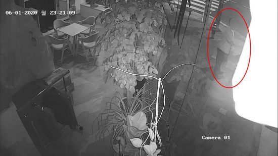 ▲부산지검 소속 현직 부장검사가 늦은 밤 여성을 뒤따라가 어깨를 건드리는 등 추행한 장면이 기록된 CCTV 장면.  (연합뉴스)