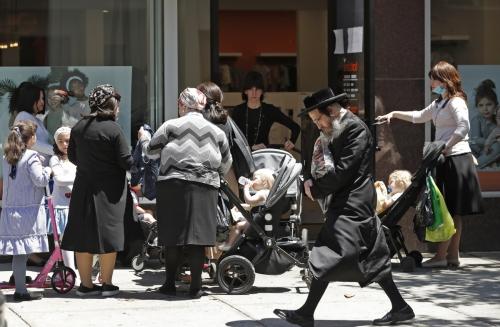 ▲8일(현지시간) 뉴욕시가 1단계 경제 정상화에 들어간 가운데 뉴욕 브루클린에 있는 의류 매장 앞에 손님들이 입장을 기다리고 있다. 뉴욕/AP연합뉴스