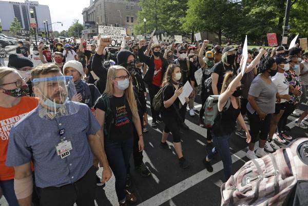 ▲미국 켄터키주 루이빌에서 1일(현지시간) 흑인 사망 항의 시위가 열리고 있다. 루이빌/AP뉴시스