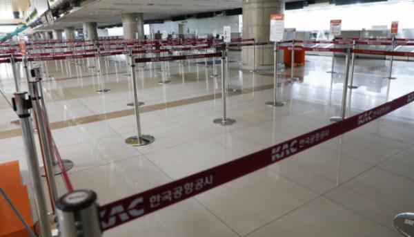 ▲코로나19 충격으로 텅 빈 국내 공항 수속 카운터 (연합뉴스)