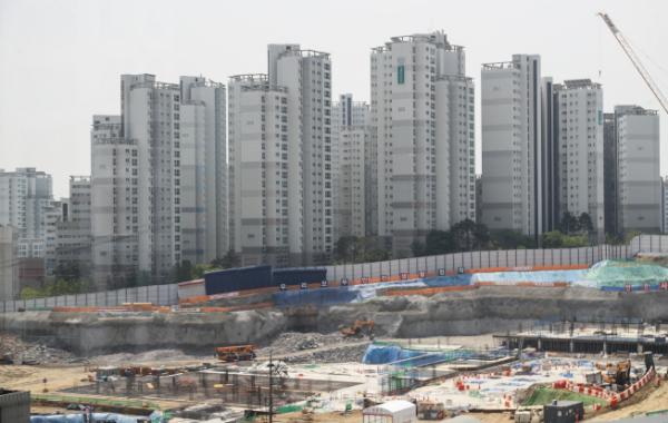 ▲21대 국회가 문을 열자마자 부동산 규제 법안이 쏟아져 나올 전망이다. 서울 마포구 일대에 들어선 아파트 단지 전경. (연합뉴스)