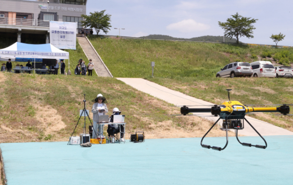 ▲KT는 강원도 영월 '드론 전용 비행 시험장'에서 '저고도 무인비행장치 교통관리 시스템'인 'K-드론시스템'의 안정성을 확인하기 위한 기술 시연 행사를 진행했다. (KT 제공)