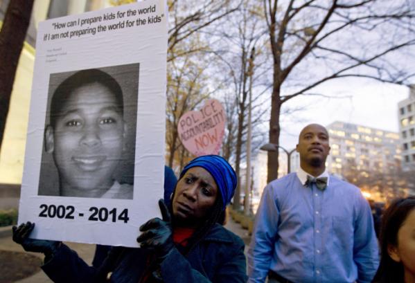 ▲2014년 11월 장난감 총을 든 12세 흑인 소년 라이스가 클리블랜드 경찰관에 의해 총살됐다. (AP/뉴시스)