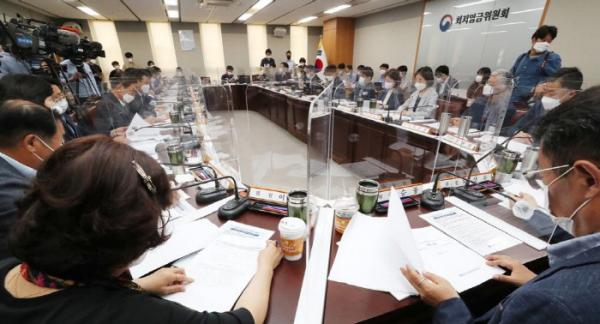 ▲내년도 최저임금 결정을 위한 최저임금위원회 심의 모습. (사진제공=연합뉴스)