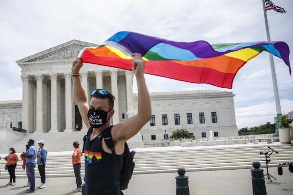▲미국 연방대법원 앞에서 15일(현지시간) LGBT 권리를 옹호하는 한 시민이 LGBT를 상징하는 무지개 깃발을 들고 있다. 워싱턴DC/EPA연합뉴스