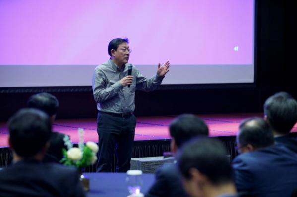 ▲허태수 GS회장이 제1회 GS임원포럼에서 임원들에게 그룹의 전략에 대해 설명하고 있다. (사진제공=GS)