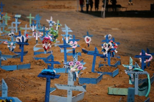 ▲브라질 북부 마나우스의 공동묘지에 코로나19로 희생된 이들의 무덤에 십자가들이 촘촘히 서 있다. (마나우스/로이터연합뉴스)