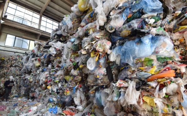 ▲신종 코로나바이러스 감염증(코로나19) 여파로 재활용 플라스틱류의 수출길이 막힌 가운데 경기 수원시 영통구 수원시자원순환센터에 플라스틱 등 재활용 쓰레기가 산더미 처럼 쌓여있다. (뉴시스)