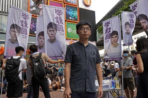 """▲홍콩 야당인 데모시스토당 지도자 조슈아 웡이 20일 입법회에 가면서 취재진의 인터뷰에 응하고 있다. 지난 18일 그는 """"홍콩 국가보안법 초안에 반대하는 게 내 마지막 증언이 될 것""""이라고 비장한 각오를 내비쳤다. 홍콩/AP연합뉴스"""