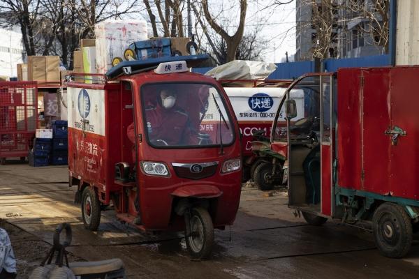▲중국 베이징의 JD닷컴 물류센터를 택배 기사가 나서고 있다. 중국 소비는 코로나19에 연초 막대한 타격을 받았지만 알리바바그룹홀딩과 JD닷컴 등 이커머스 업체들은 견실한 성장세를 이어가고 있다. 베이징/AP뉴시스