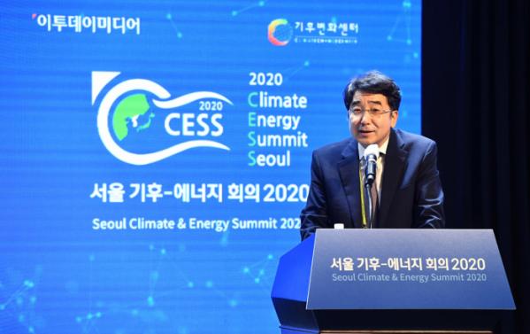 ▲유종일 한국개발연구원 국제정책대학원장이 25일 서울 중구 노보텔 앰배서더 서울 동대문 그랜드볼룸에서 열린 '서울 기후-에너지 회의 2020(CESS 2020)'에서 '한국의 그린뉴딜과 순환경제 사회'를 주제로 발표하고 있다. 새로운 물결을 맞이하다 '포스트 코로나 시대' 그린뉴딜을 위한 순환경제를 주제로 열린 이날 행사는 재단법인 기후변화센터와 이투데이미디어가 공동 주최했다. 신태현 기자 holjjak@