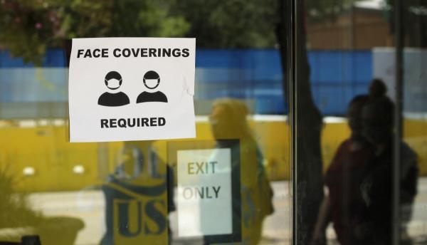 ▲24일(현지시간) 텍사스주 샌안토니오의 한 사업장에 신종 코로나바이러스 감염증(코로나19) 확산을 막기 위해 마스크 착용을 요구하는 안내가 붙어 있다. 샌안토니오/AP연합뉴스
